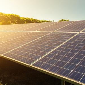 Solarenergie ist eine saubere und kostenlose Energie. Sie wird direkt vor Ort genutzt, es entstehen keine Transportkosten und keine großen Leitungsverluste.